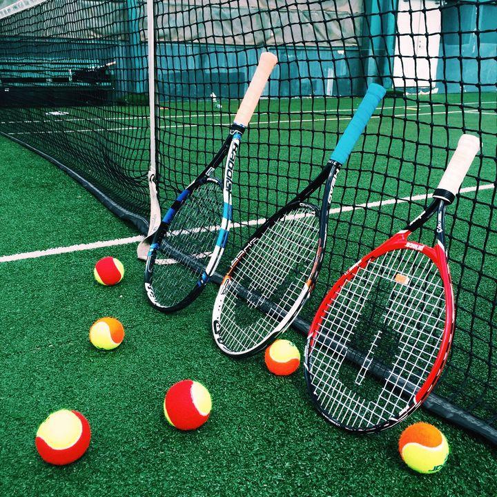red tenis ball machine